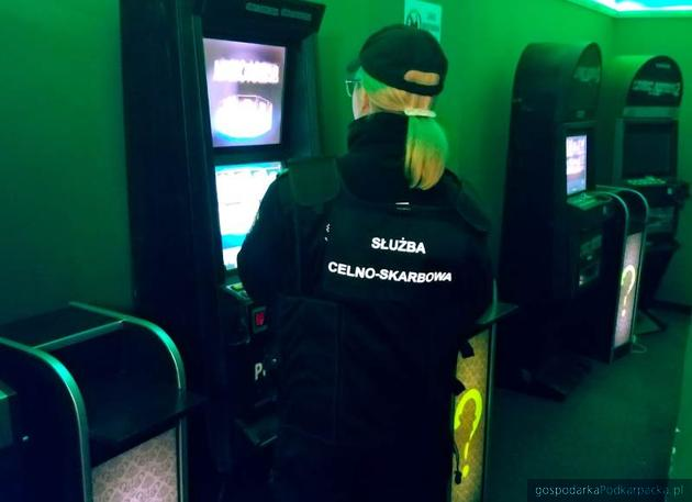 Kolejne nielegalne automaty zniknęły z salonów gier. Tym razem Ropczyce