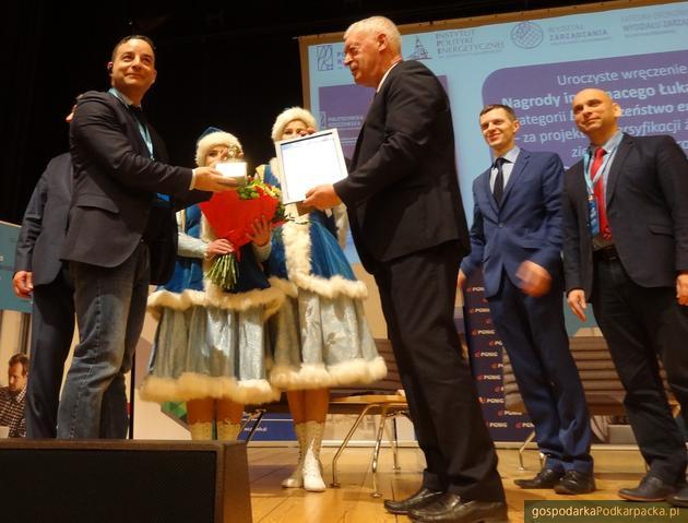 Pierwszy z lewej Thomas Rizk. Nagrodę wręczył prof. Tadeusz Markowski, rektor Politechniki Rzeszowskiej. Za nim członkowie kapituły dr Mariusz Ruszel i dr hab. Grzegorz Budzik