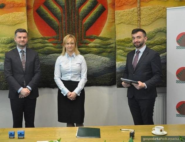 Od lewej: wiceprezes Mielec Diesel Gaz Sp. z o.o. Krzysztof Kapinos, dyrektor Departamentu Innowacji i Ekspertyz NFOŚiGW Magdalena Bodzenta, prezes Mielec Diesel Gaz