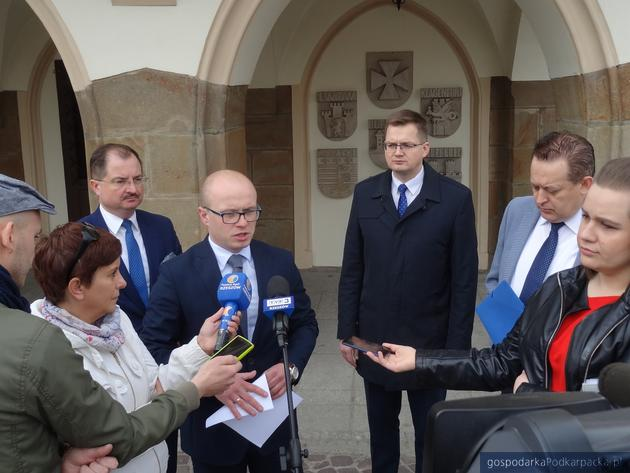 Radni PiS przed obradami Rady Miasta Rzeszowa informują o pomyśle na budowę aquaparku. Fot. Adam Cyło