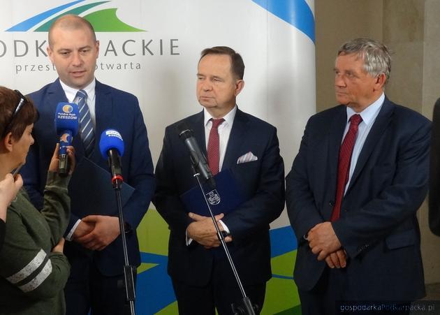 Od lewej starosta dębicki Piotr Chęciek, marszałek Władysław Ortyl oraz radny i wiceprzewodniczący sejmiku Czesław Łączak