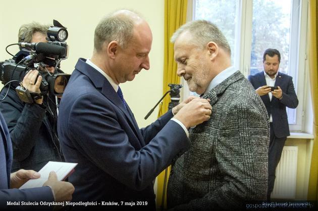 Minister Wojciech Kolarski wręcza medal Tadeuszowi Kensemu. Fot. L. Jaranowski