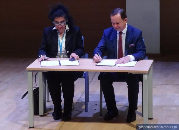 Roya Ayazi i Władysław Ortyl podpisują porozumienie