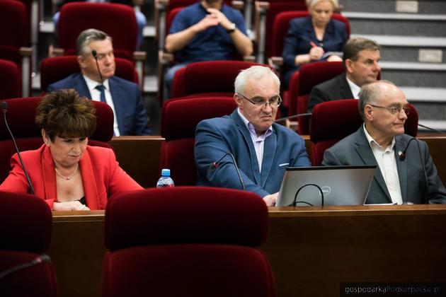 W środku inicjator uchwały, radny Jacek Kotula. Fot. Michał Mielniczuk