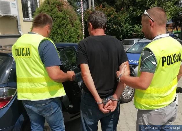 Podejrzany przed kolbuszowską prokuraturą. Fot. policja