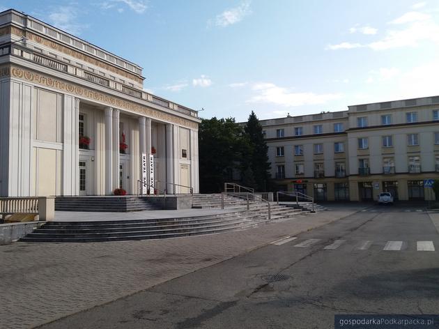 Dawny Dom Kultury WSK Mewa oraz bloki mieszkalne przy ul. Dąbrowskiego. Fot. Adam Cyło