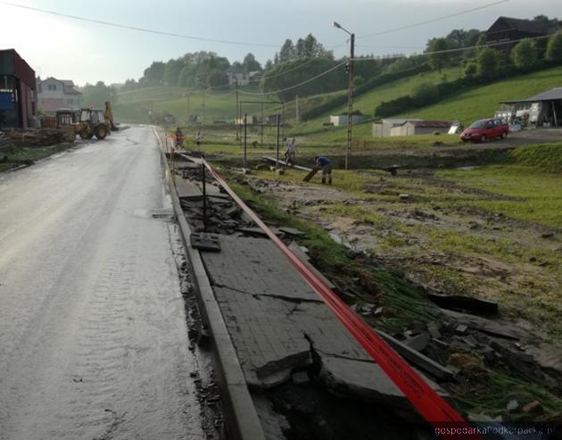 Tak po zeszłorocznych, gwałtownych opadach deszczu wyglądała droga  powiatowa Nr 1425R i chodnik.Fot. ZDP w Rzeszowie
