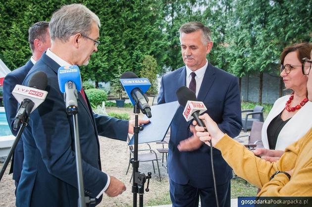 Minister Jerzy Kwieciński wręcza dokumenty dotyczące unijnego dofinansowania staroście rzeszowskiemy Józefowi Jodłowskiemu (11 lipca 2019 r.)
