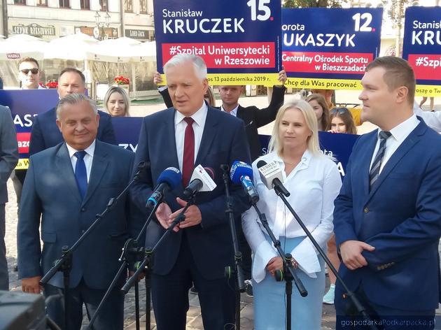 Od lewej: Stanisław Kruczek, Jarosław Gowin i Dorota Łukaszyk oraz prowadzący spotkanie z mediami Waldemar Kotula. Fot. Adam Cyło