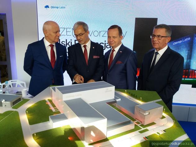 Od lewej prezes Olimp Lab Stanisław Jedliński, minister rozwoju i finansów Jerzy Kwieciński, marszałek Władysław Ortyl i dyrektor ARP w Mielcu Krzysztof Szlęzak