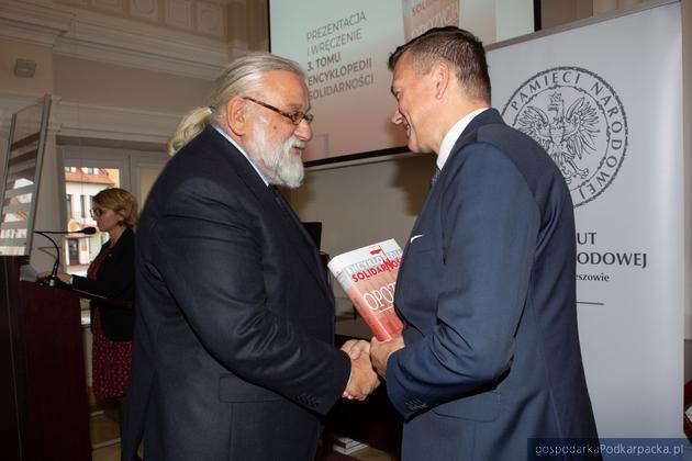 Książkę otrzymał m.in. Wit Karol Wojtowicz, w latach 70. od lat zaangażowany w niezależy ruch studencki i wydawniczy, w latach 80 w Solidarności. Fot. Igor Witowicz (IPN)
