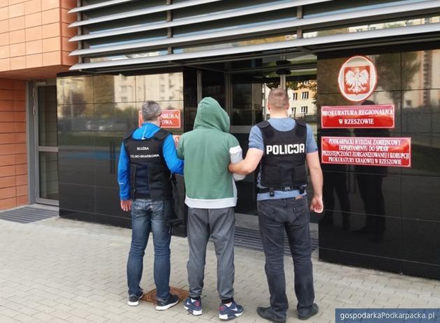 Doprowadzenie podejrzanego do rzeszowskiej prokuratury. Fot. KAS