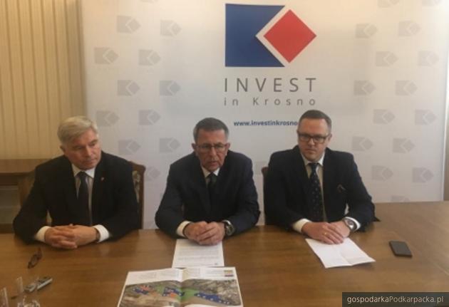 Od lewej prezydent Piotr Przytoczki, dyrektor oddziału ARP Krzysztof Ślęzak i wiceprezydent Tomasz Soliński. Fot. Krosno.pl