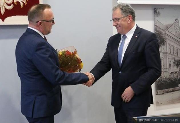 Stanisłąw Kłopot (z lewej) przyjmuje gratulacje od Tadeusz Chrzana