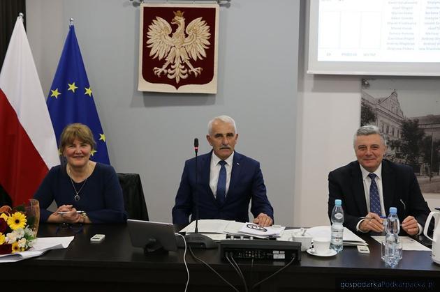 Nowy skład prezydium Rady Powiatu Jarosławskiego. Przewodniczącym wybrano Mariana Fedora (w środku)