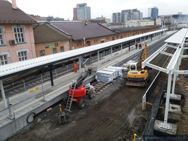 Przebudowa stacji Rzeszów Główny. Jeden z peronów prawie gotowy