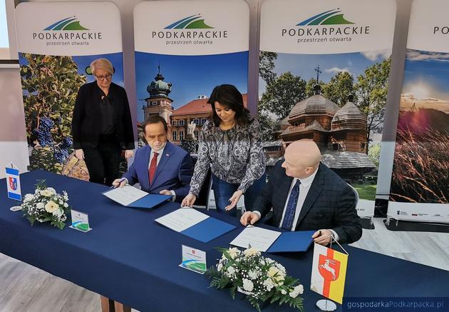 Dokumenty podpisali marszałek województwa podkarpackiego Władysław Ortyl i marszałek województwa lubelskiego Jarosław Stawiarski. Fot. KZ