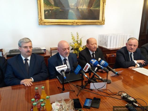 Od lewej wiceprezydent Rzeszowa Marek Ustrobiński, prezes MPEC Lesław Bącal, prezydent Rzeszowa Tadeusz Ferenc i prezes PGE Energia Ciepła Wojciech Dąbrowski. Fot. ac
