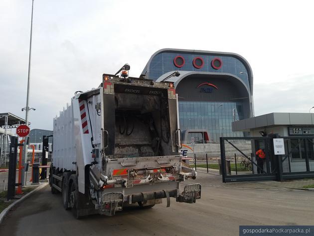 Śmieciarka wjeżdża do rzeszowskiej spalarni. Fot. Adam Cyło