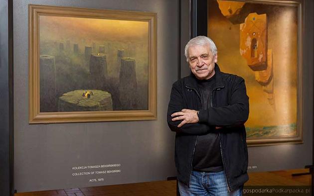 Wiesław Banach na tle obrazów Zdzisława Beksińskiego