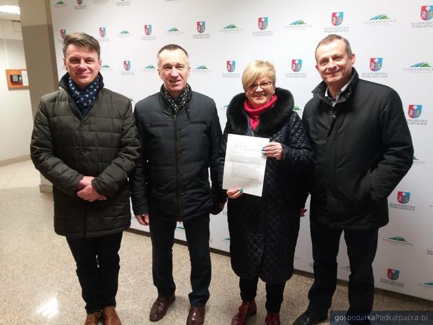 Od lewej Robert Homicki, Wiesław Ziemiński, Teresa Kubas-Hul i Zdzisław Gawlik z dokumentami złożonymi w Kancelarii Sejmiku. Fot. Adam Cyło