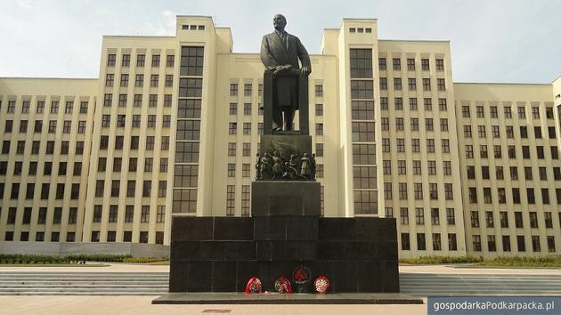 Pomnik Lenina przed siedzibą parlementu Białorusi w Miśńku. Fot. Pixabay/CC0