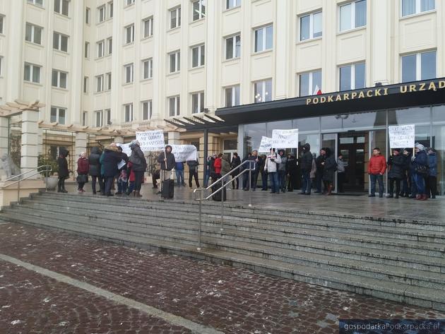 Protest przed Urzędem Wojewódzkim i kuratorium w sprawie reorganizacji szkół w gminie Dynów