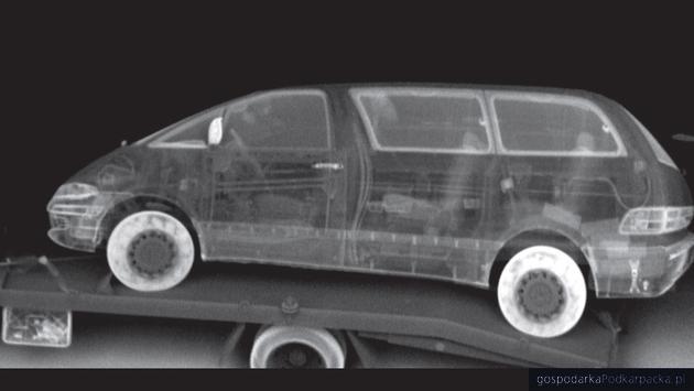 Obraz ze skanera RTG. Samochód na lawecie ma ukryte w oponach papierosy
