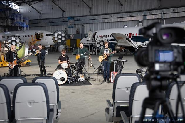 Zespół Freeborn Brothers zagrał w hangarze Linetech w Jasionce