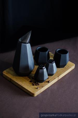 Małgorzata Wisz, Gawrony – naczynia z ceramiki siwej do kawiarni rzemieślniczych