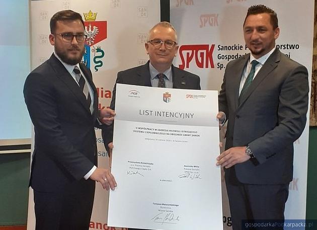Od lewej Dominik Witek, prezes SPGK, Przemysław Kołodziejak, p.o. prezesa PGE Energia Ciepła i Tomasz Matuszewski, burmistrz Sanoka