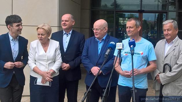 Od lewej Marcin Jurzysta, Krystyna Skowrońska, Krzysztof Feret, Andrzej Szlęzak, Zdzisław Gawlik i Antoni Pikul. Fot. Andrzej Baran