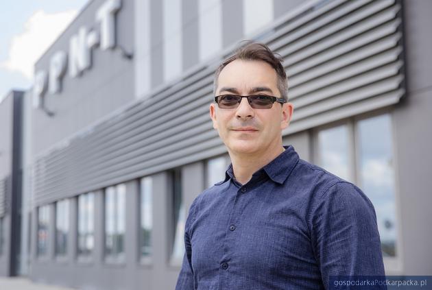 Adam Ptak, prezes Skala-Tech przez halą w Inkubatorze Technologicznym Aeropolis