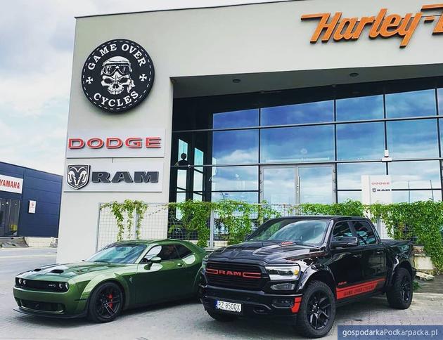 Od lewej Dodge Hellcat, Ram