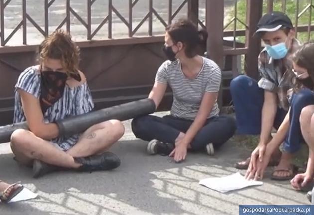 Uczestnicy akcji protestacyjnej przed bramą RDPL. Fot. kadr z profilu Dzikie Karpaty na Facebooku