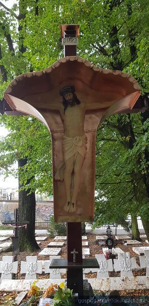 Zabytkowy krzyż z cmentarza wojennego w Tarnobrzegu po renowacji