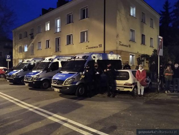 Policjanci na ulicy Chodkiewicz, boczna Hetmańskiej. Fot. The Blogger Polska