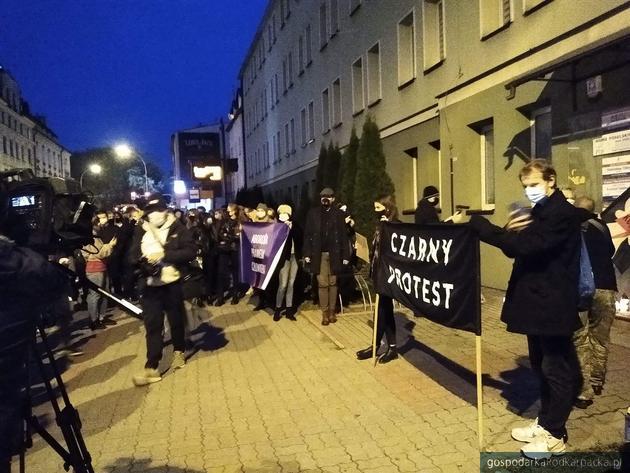 Przed biurami PiS przy ul. Hetmańskiej. Fot. The Blogger Polska