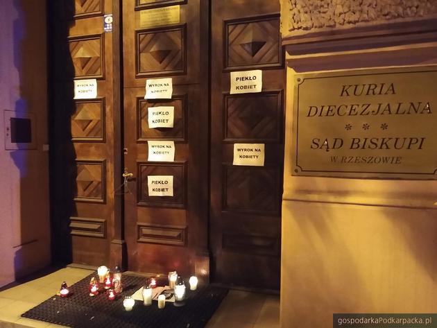 Drzwi do Kurii Diecezjalnej w Rzeszowie. Fot. The Blogger Polska