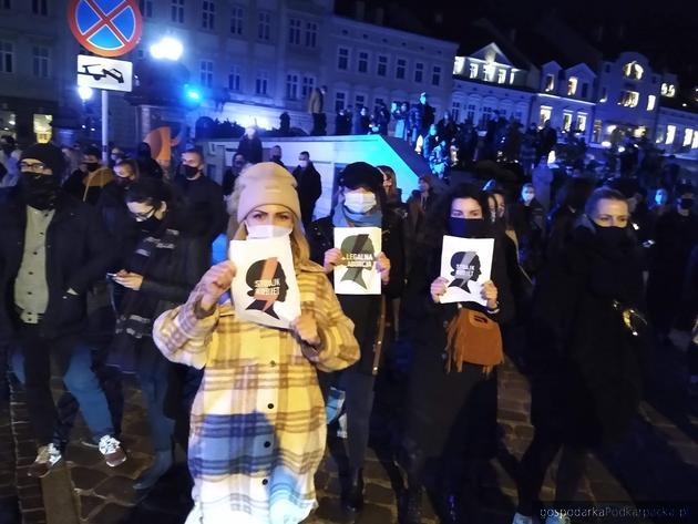Uczestniczki manifestacji na rzeszowskim Rynku. Fot. The Blogger Polska