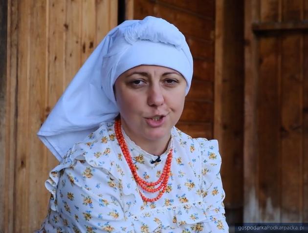 Narratorka Regina Wicher to góralka z Zawoi, etnograf i regionalistka. Pracuje w Muzeum Orawski Park Etnograficzny.