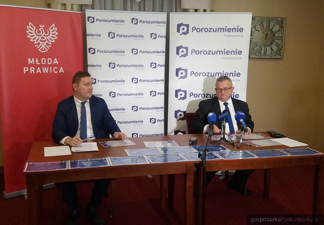 Od lewej Waldemar Kotula i Stanisław Kruczek prezentują szczegóły nowych rozwiązań dla firm