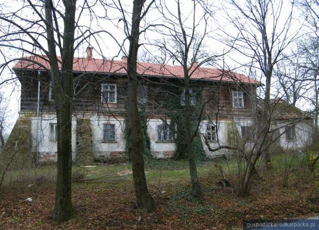 Dwór z XIX wieku w Pruchniku ma już nowy dach