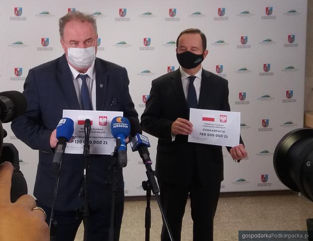 Wicemarszałek Piotr Pilch i marszałek Władysław Ortyl informują o dotacjach z Funduszu Inwestycji Lokalnych. Fot. Adam Cyło