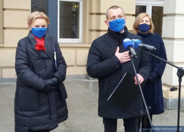 Od lewej Krystyna Skowrońska, Zdzisław Gawlik i Jolanta Kaźmierczak informują pomyśle okrągłego stołu podkarpackiej służbu zdrowia