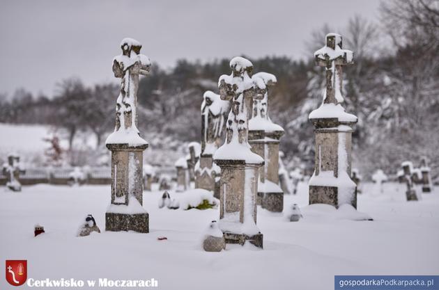 Cmentarz greckokatolicki przy dawnej cerkwi w Moczarach. Fot. horyniec-zdroj.pl