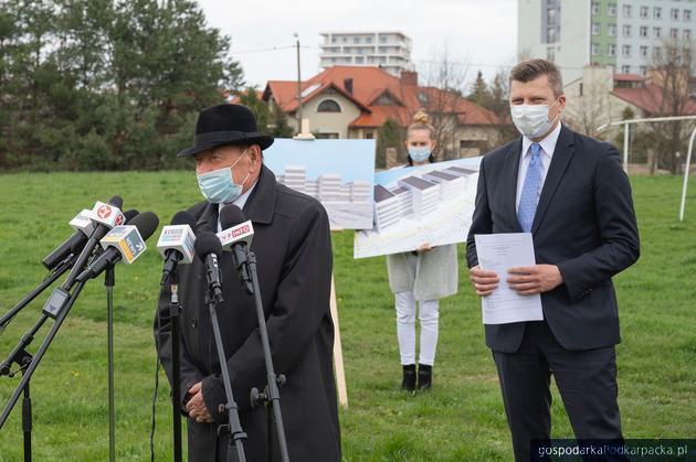 Tadeusz Ferenc (już jako były prezydent) i Marcin Warchoł (jako kandydat na prezydenta) prezentują wizualizacje nowego sądu