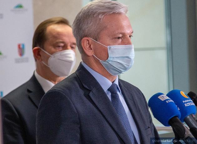 Na pierwszym planie dr Janusz Ławiński, za nim marszałek Władysław Ortyl. Urząd Marszałkowski, 16 marca 2021. Fot. Anna Magda