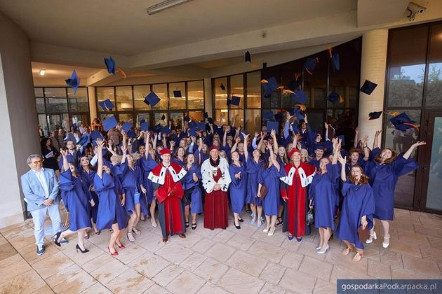 Absolwenci WSPiA odebrali dyplomy ukończenia studiów