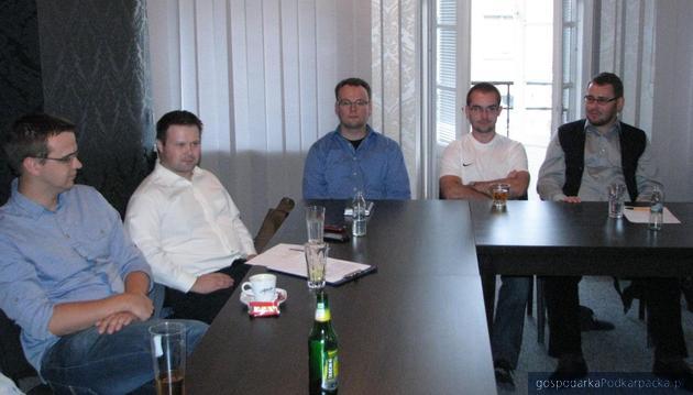 Drugi z lewej Grzegorz C. Lepianka, pierwszy  zprawej Paweł Skoczowski. Fot. Adam Cyło